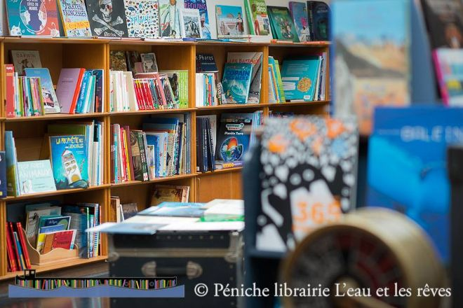 Peniche Cafe-Librairie L'Eau Et Les Reves, Paris, France