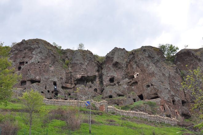 Site Troglodyte de Jonas - Forteresse medievale et chapelle romane, Saint-Pierre-Colamine, France
