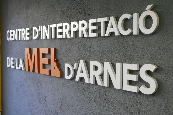 Centre d'interpretacio de la Mel, Arnes, Spain